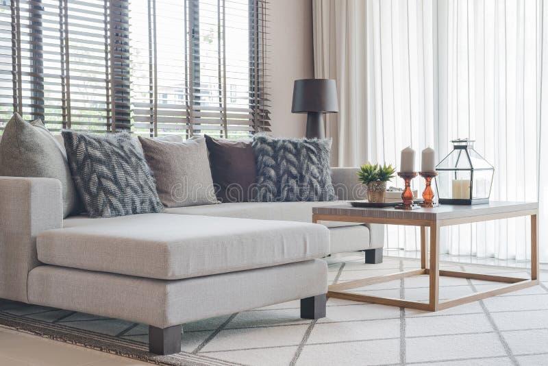 Nowożytny żywy pokój z nowożytną popielatą kanapą i drewnianym stołem zdjęcie stock