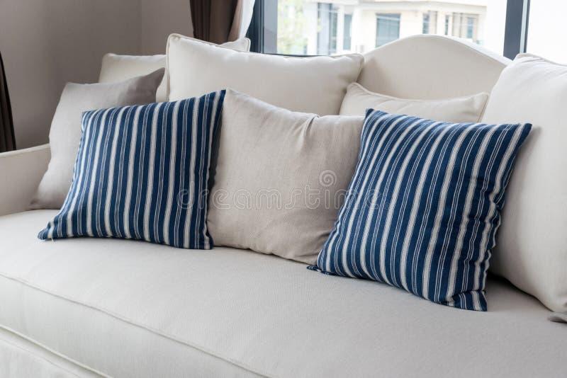 Nowożytny żywy pokój z rzędem poduszki zdjęcia royalty free