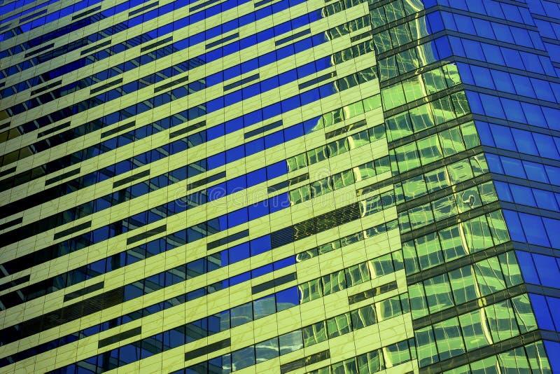Nowożytny abstrakcjonistyczny budynek, geometryczny wzór szkło i beton, projekt z odbiciem zbudować tła miejskiego fotografia stock