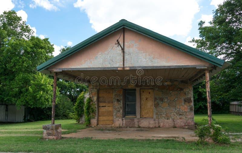 Nowożytny Amerykański wiejski życie w Teksas Stara zaniechana chałupa i ogród zdjęcie stock