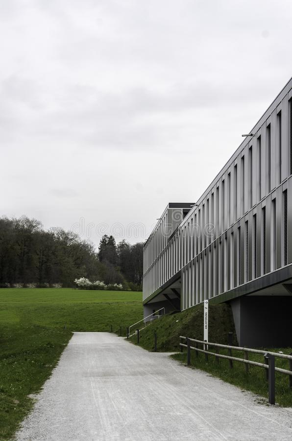 Nowożytny architektury budować kubiczny siwieje srebro zdjęcia stock