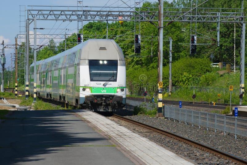Nowożytny autobusu piętrowego pociąg przychodzi platforma stacja kolejowa, Hameenlinna, Finlandia zdjęcia stock