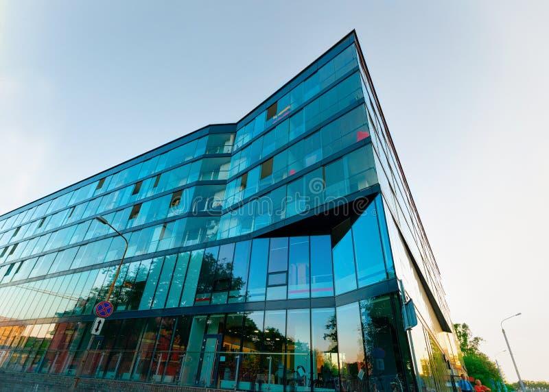 Nowożytny błękitny korporacyjnego biznesu budynku biurowego drapacz chmur zdjęcie royalty free