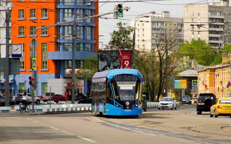 Nowożytny błękitny tramwaj Vityaz-M model na ulicie Moskwa fotografia royalty free