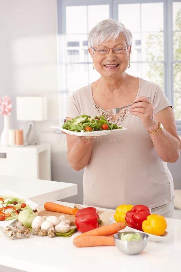 Nowożytny babci jeść zdrowy fotografia stock