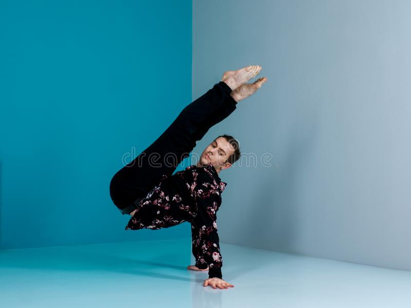 Nowożytny baletniczy tancerz w czarnym skrótu przedstawienia tana elemencie z tłem fotografia royalty free