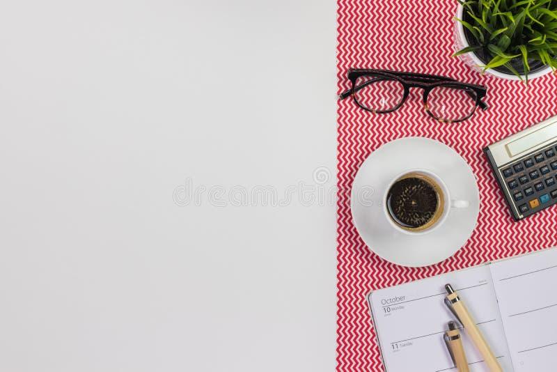 Nowożytny biały biurowego biurka stół z notatnika dzienniczkiem, kalkulator fotografia royalty free