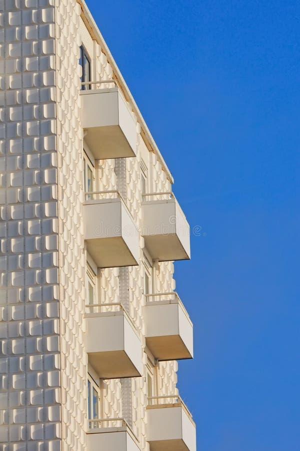 Nowożytny biały budynek w Zandvoort przy Holenderskim wybrzeżem obraz stock