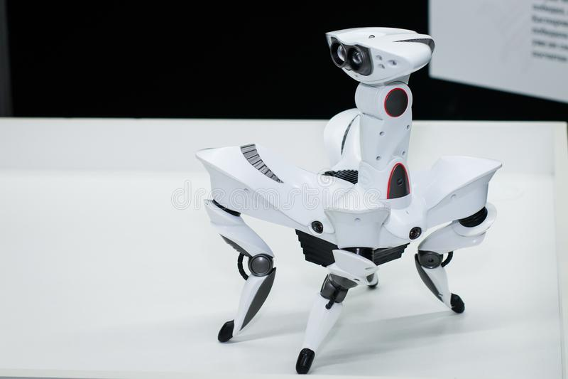 Nowożytny biały futurystyczny humanoid robota zakończenie up strzelał biały pająka robota zakończenie up zdjęcia royalty free