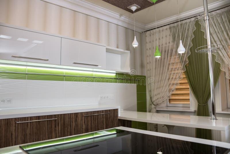 Nowożytny biały kuchenny wewnętrzny projekt obrazy stock