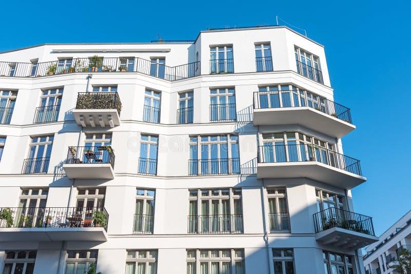 Nowożytny biały mieszkanie dom w Berlin obrazy stock
