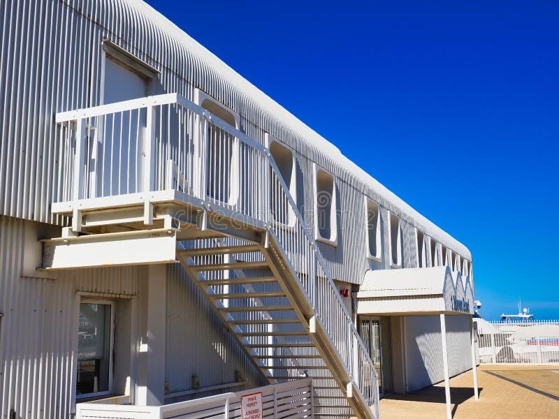 Nowożytny Biały Panwiowy Żelazny budynek fotografia stock