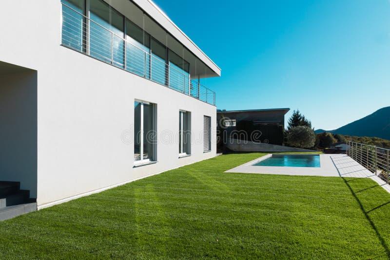 Nowożytny bielu dom z ogródem obraz stock
