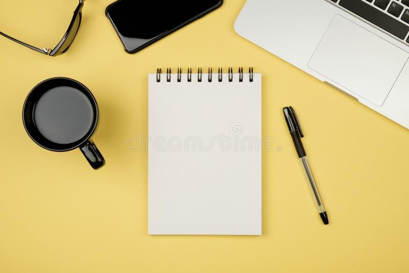 Nowożytny biurowego biurka stół z laptopem, pusta notatnik strona fotografia stock