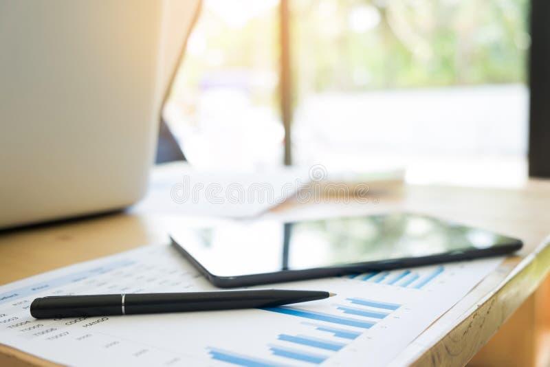 Nowożytny Biurowy miejsce pracy z laptopem i pastylką na drewno stole obraz royalty free