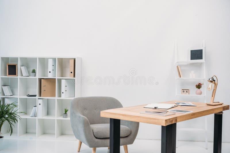 nowożytny biurowy wnętrze z papierami i cyfrową pastylką obrazy royalty free