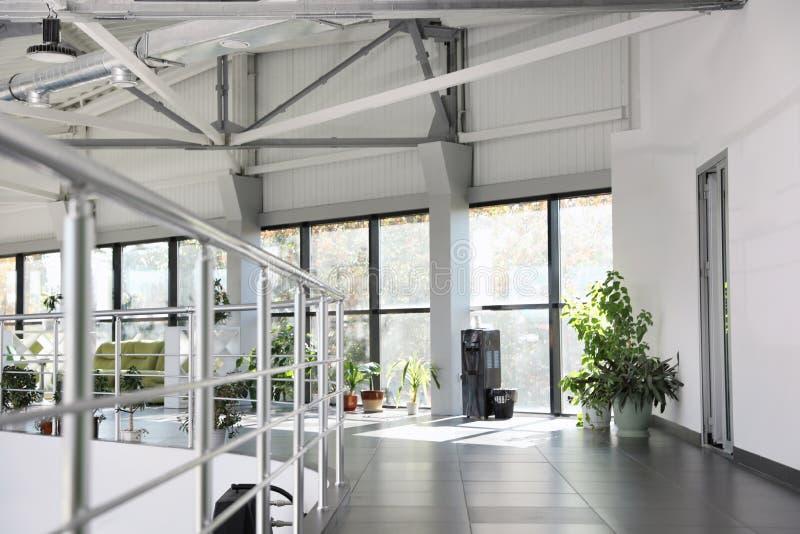 Nowożytny biurowy wnętrze z wodny chłodno, kanapą i okno, obrazy stock