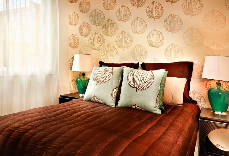 Nowożytny brown koloru łóżko z poduszki zbliżeniem w luksusowym hotelu lub zdjęcia stock