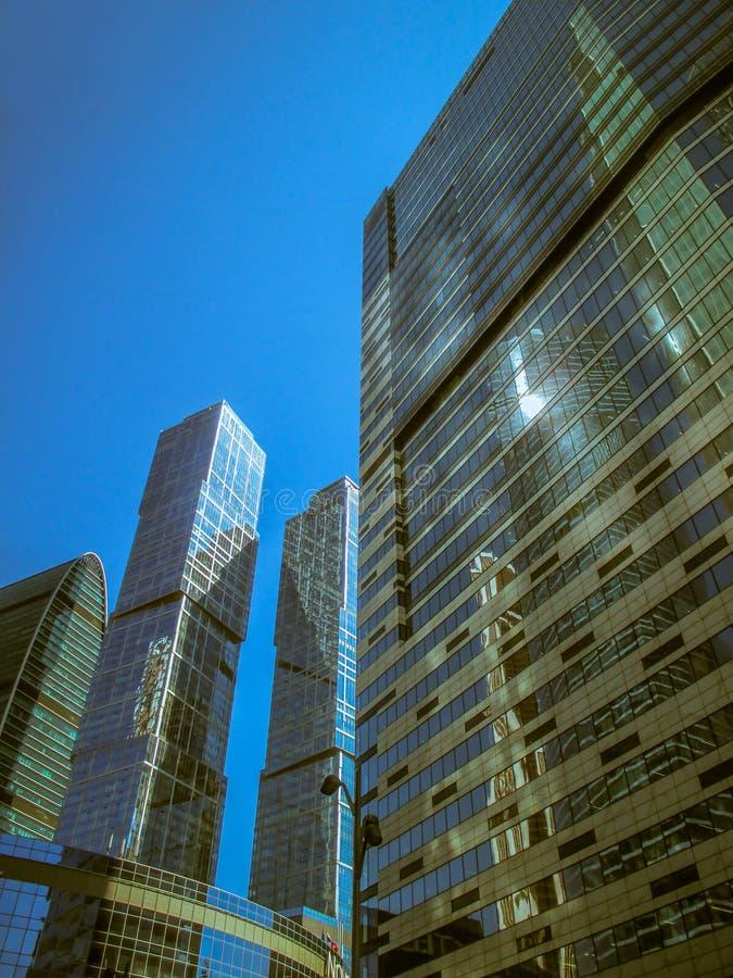 Nowożytny budynek biurowy, jaskrawa błękitna kolor fotografia fotografia royalty free