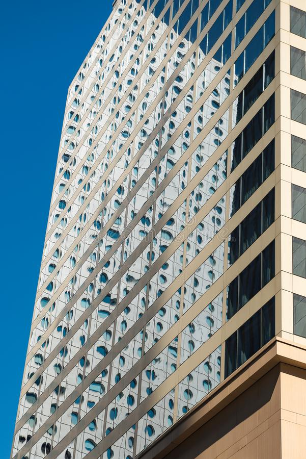 Nowożytny budynek biurowy, odbicie na okno, handlowy teren przy Hong Kong Architektura temat fotografia royalty free