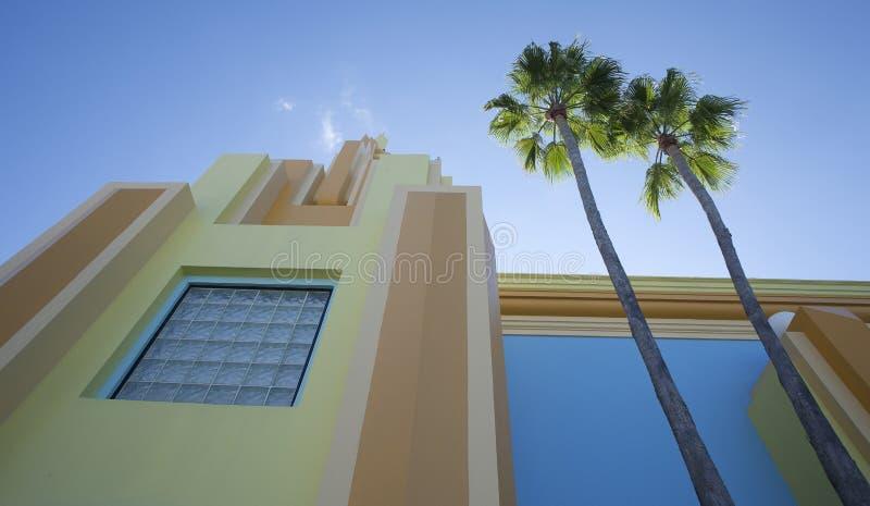 Nowożytny budynek i drzewka palmowe zdjęcia royalty free