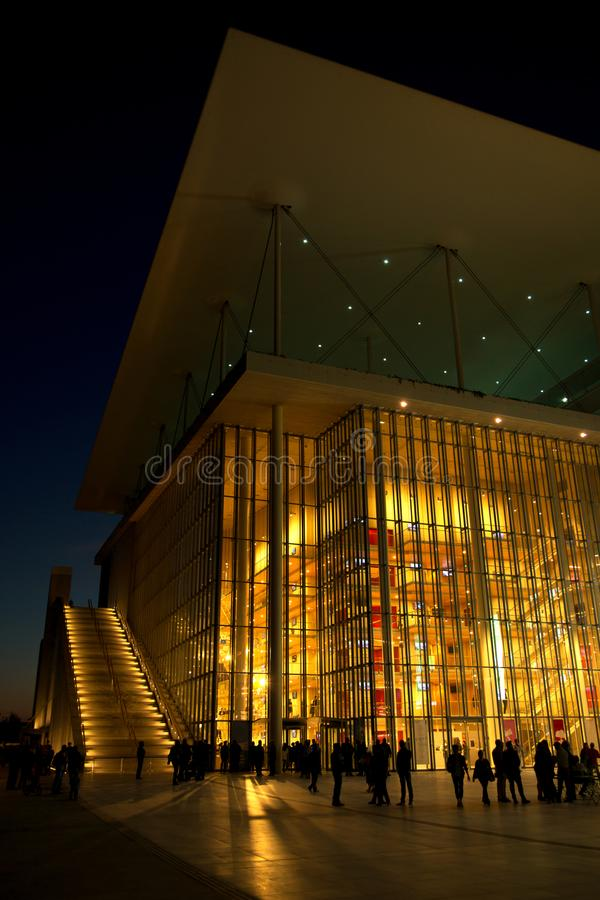 Nowożytny budynek iluminujący podczas wieczór zdjęcia royalty free