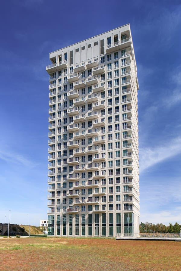 Nowożytny budynek mieszkaniowy przeciw niebieskiemu niebu w Antwerp centrum miasta, Belgia obraz stock