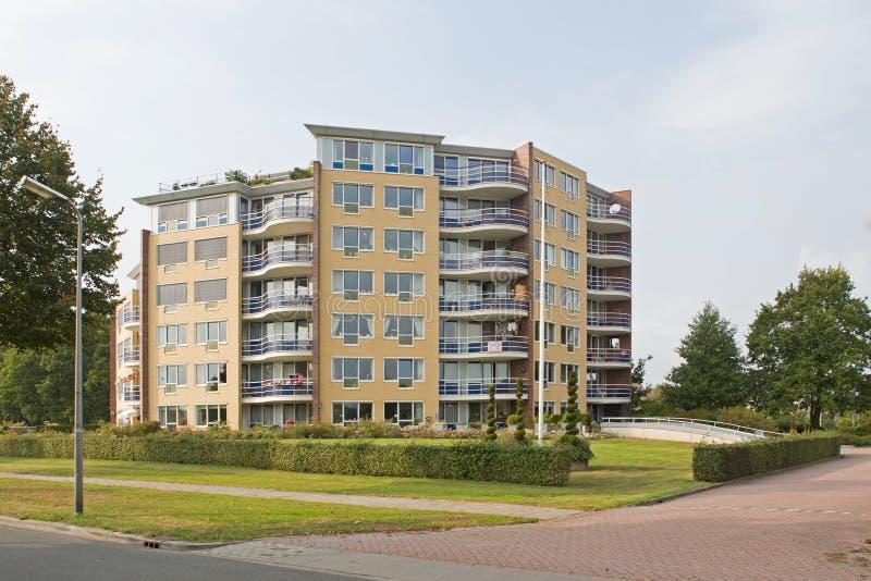 Nowożytny budynek mieszkaniowy w Hoogeveen w wieczór świetle, holandie obrazy royalty free