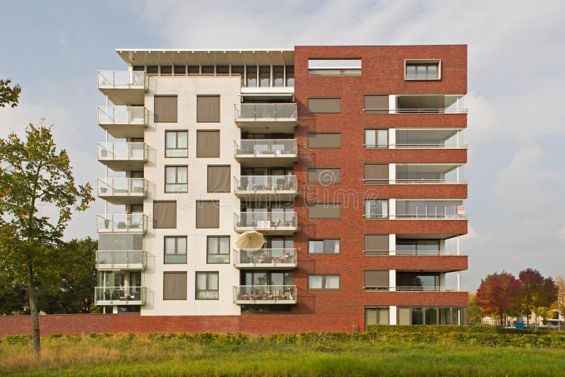Nowożytny budynek mieszkaniowy w Hoogeveen w wieczór świetle, holandie fotografia royalty free