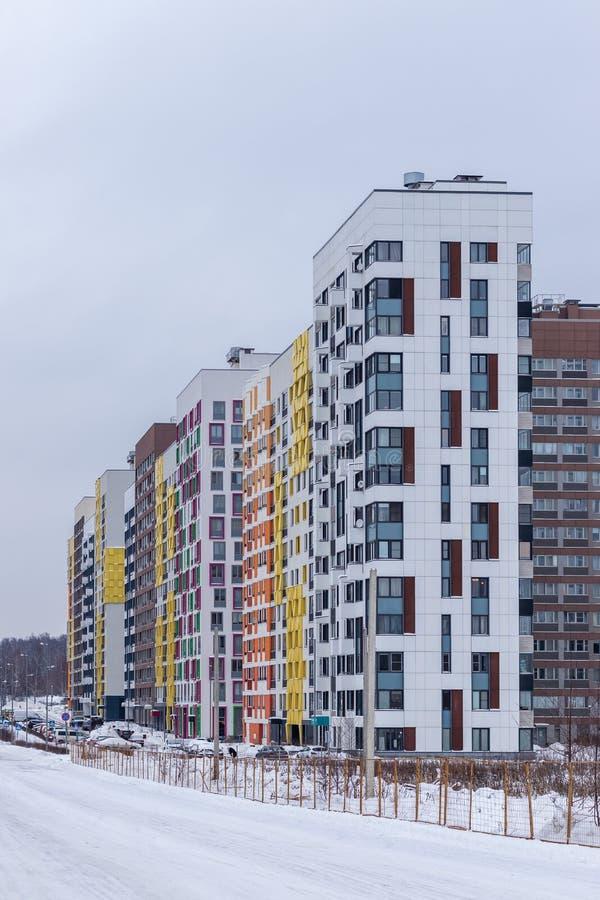 Nowożytny budynek mieszkaniowy z kolorowymi fasadami na obrzeżach miasto moscow Rosji zdjęcia royalty free