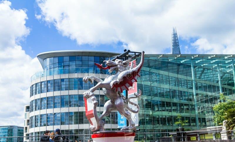 Nowożytny budynek na trójca kwadracie blisko wierza Londyn kasztel obraz stock
