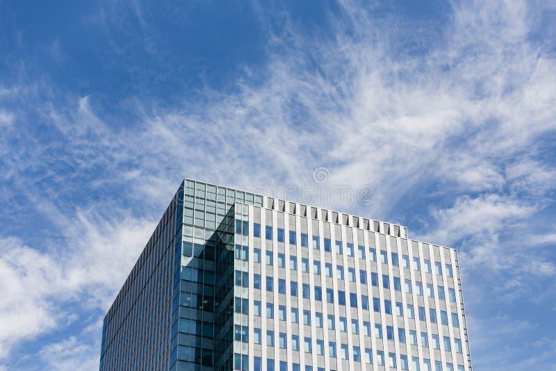 Nowożytny budynku facede z prostokąta i kwadrata okno tworzy z jasnym niebieskim niebem z chmurą w Sapporo przy hokkaidem fotografia royalty free