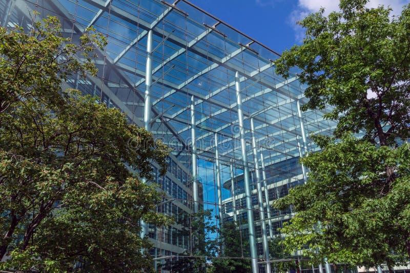 Nowożytny budynku tło na trójca kwadracie blisko wierza Londyn kasztel zdjęcie stock