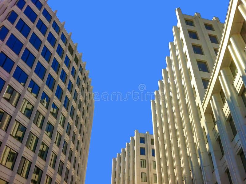 Nowożytny budynku widok od ziemi Biali drapacze chmur w centrum finansowym miasto obrazy stock