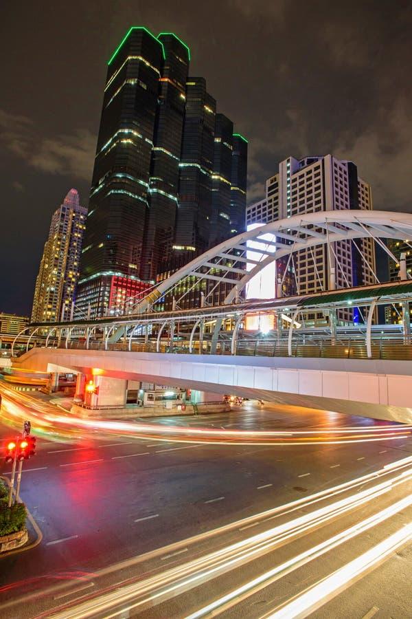 Nowożytny buildiing i społeczeństwa most przy chodzącą ulicą zdjęcia stock