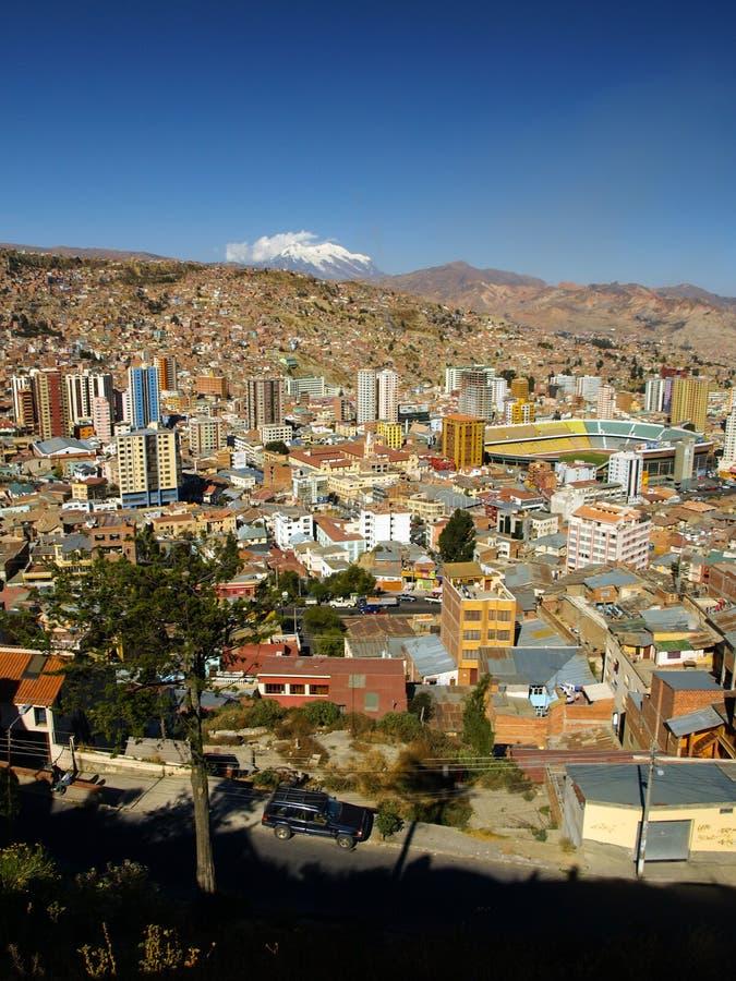 Nowożytny centre los angeles Paz i Illimani góra obraz stock