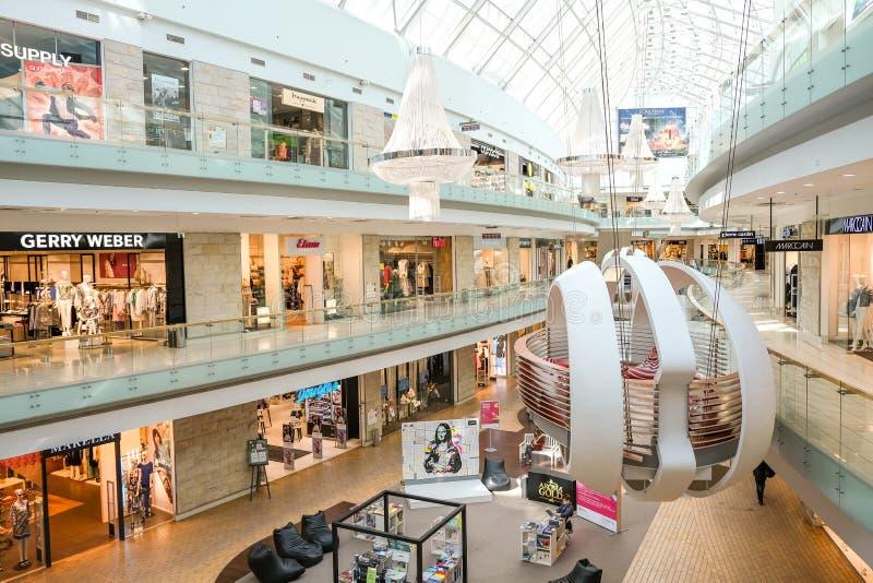 Nowożytny centrum handlowego wnętrze z luksusowymi gatunków sklepami obraz royalty free