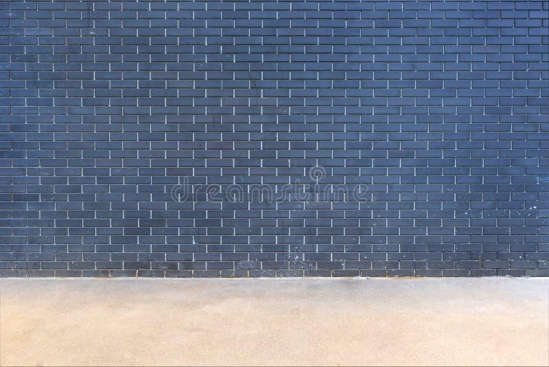 Nowożytny ciemny ściana z cegieł tło z podłoga obraz royalty free