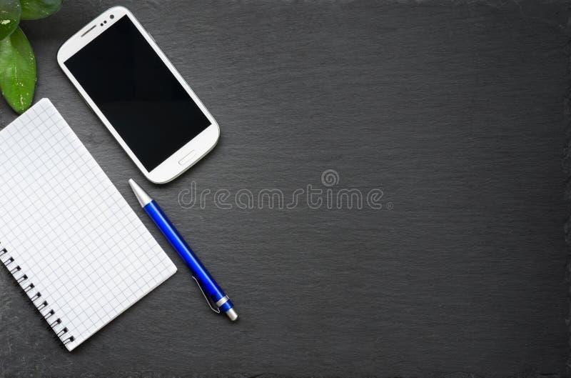 Nowożytny czysty desktop z samiec rękami na kamiennym biuro stole zdjęcie royalty free