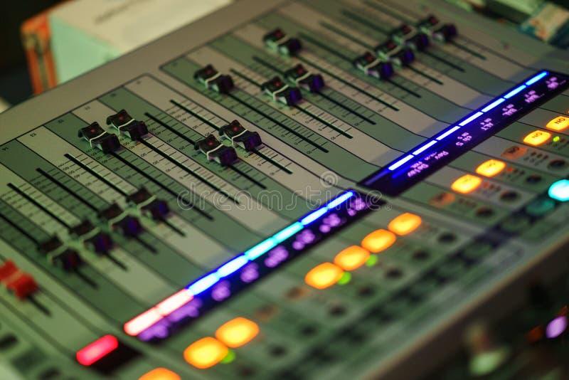 Nowożytny dźwięk miesza konsolę dla rozsądnego inżyniera podczas gdy pracujący przy wydarzeniem fotografia stock