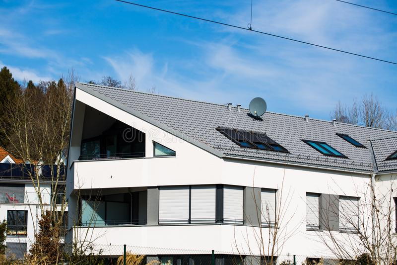Nowożytny dom, biała fasada w Munich fotografia stock