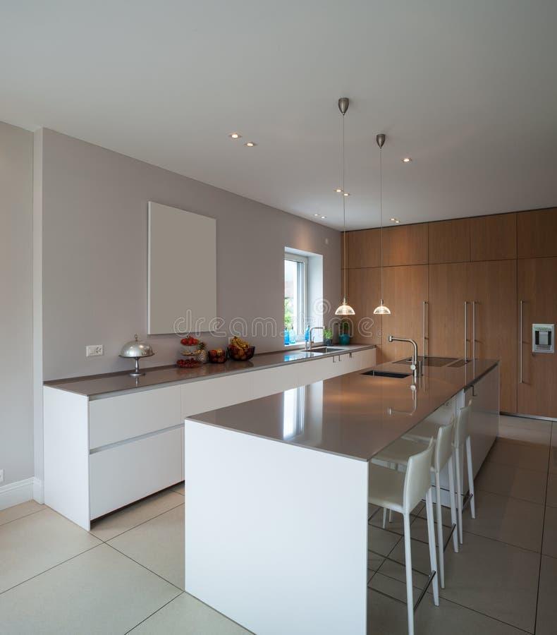 Nowożytny dom, minimalna kuchnia fotografia royalty free