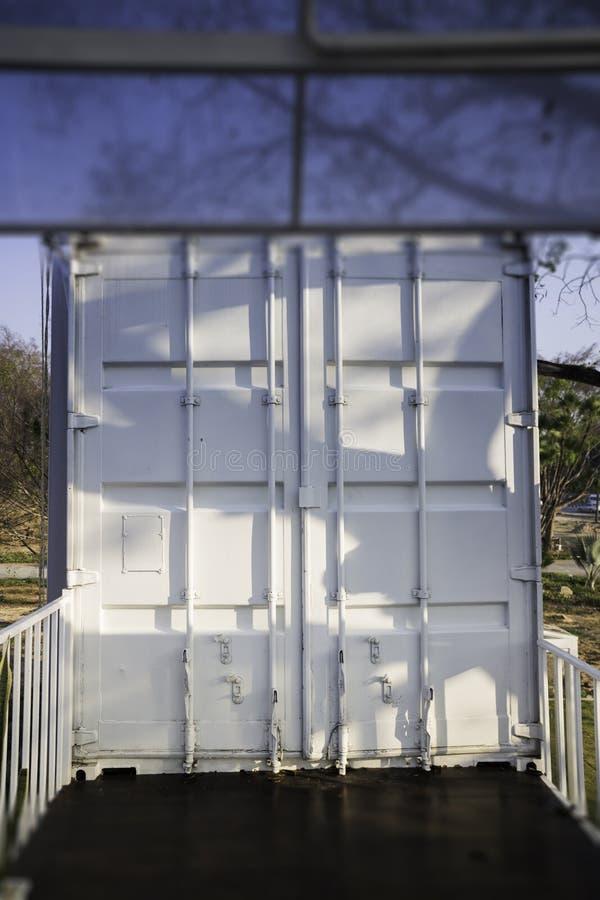Nowożytny dom tworzący od ładunku zbiornika zdjęcia stock