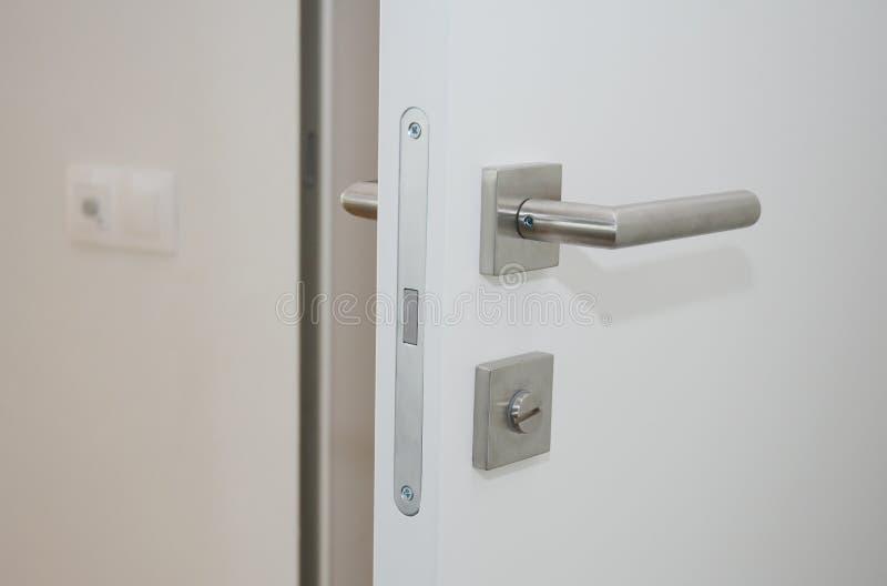 Nowożytny domowy wewnętrzny drzwi z metalu kędziorkiem i rękojeścią fotografia stock