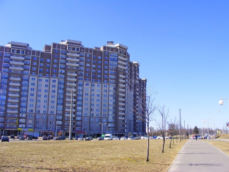 Nowożytny dormitorium teren w Minsk, Białoruś Nowy kondygnacja budynek zdjęcie royalty free