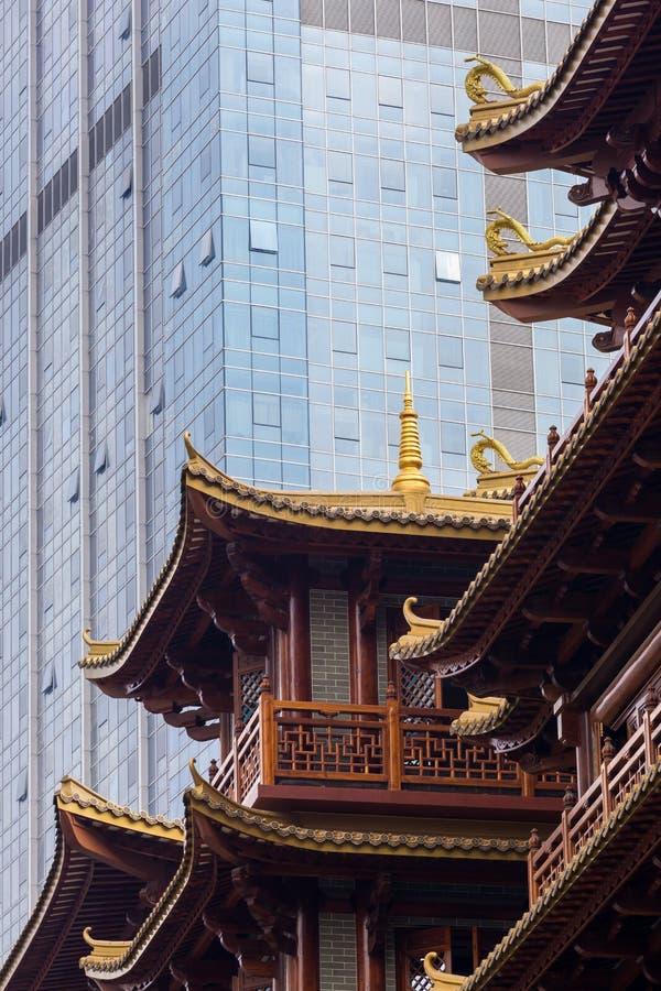 Nowożytny drapacz chmur kontrastuje tradycyjnego budynek w Chińskim mieście zdjęcia stock