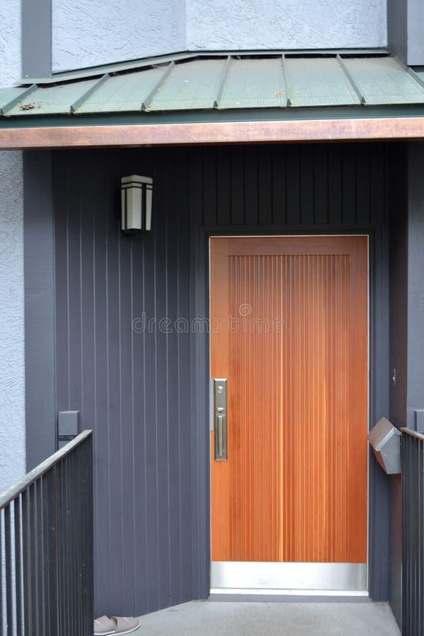 Nowożytny Drewniany drzwi fotografia stock