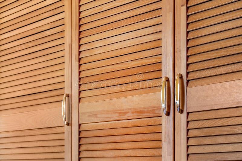 Nowożytny drewniany gabinet w klasycznym wieśniaka stylu Szczegóły garderoby skrzynka z żaluzją zaszalują drzwi Dom na wsi wnętrz obraz stock
