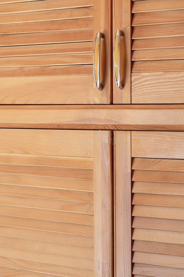 Nowożytny drewniany gabinet w klasycznym wieśniaka stylu Szczegóły garderoby skrzynka z żaluzją zaszalują drzwi Dom na wsi wnętrz zdjęcie royalty free