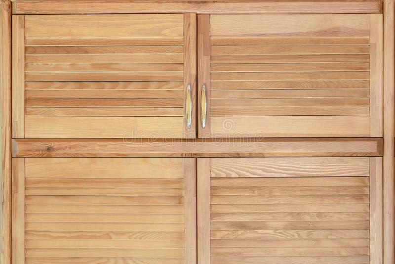 Nowożytny drewniany gabinet w klasycznym wieśniaka stylu Szczegóły garderoby skrzynka z żaluzją zaszalują drzwi Dom na wsi wnętrz obraz royalty free